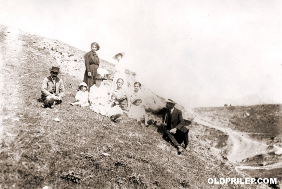Семејството на Христо Димкар на прошетка во околината на Прилеп...