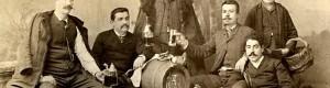 1901: Гоце Делчев (Долу десно) на гости за Митровден, кај семејството Бабовци... Стои: Алекса Бабе.. Од лево на десно: Браќата Владо, Ицо и Ѓоре