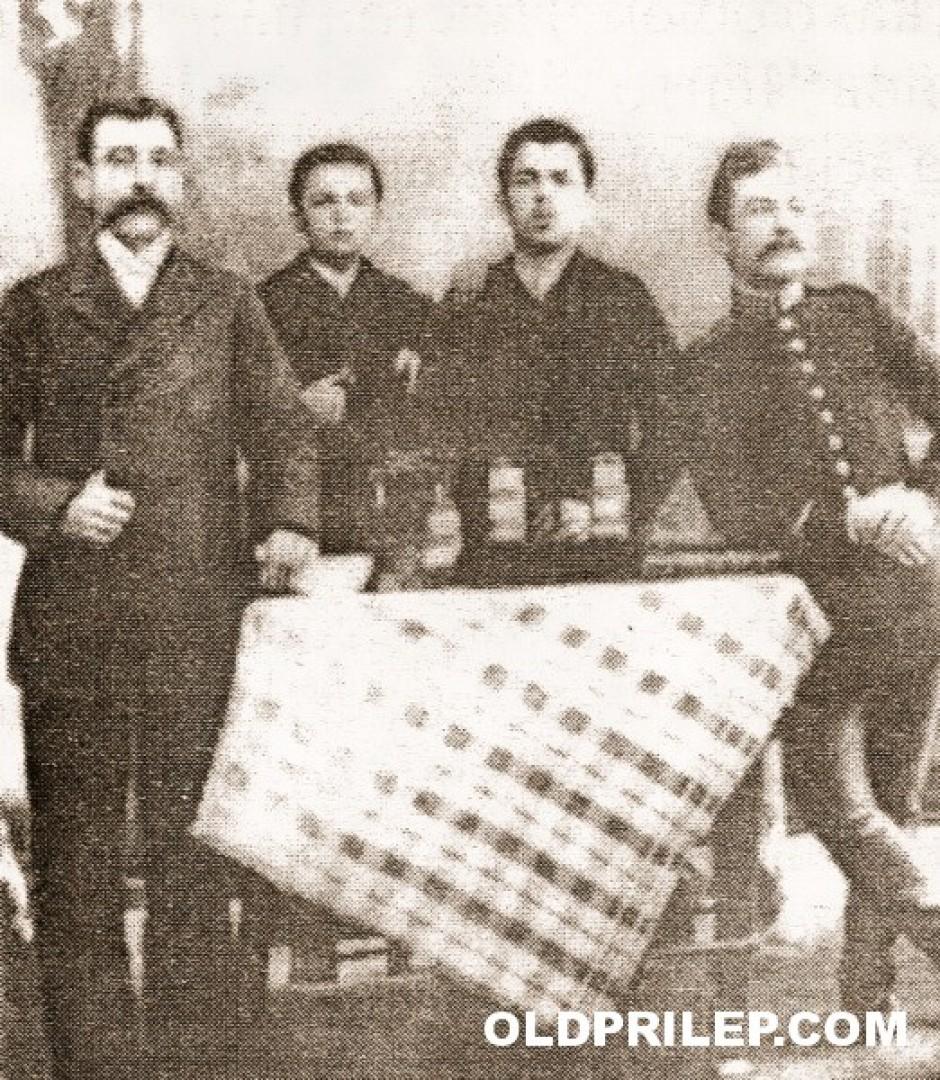 1893: Aптекарот Ѓорѓу, неговиот син Јани, Дамјан Симитчиев и турски воен доктор