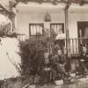 1900 година... Димкаровци во дворот од семејната куќа...