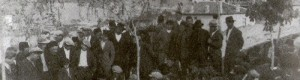 1935: Гусларот Апостол, пее и свири на Велигден над чешмата Крст, под Чаир...