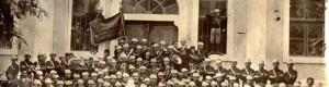 """Почетокот на минатиот век: Прилепското јунашко друштво """"Златоврвски јунак"""" под раководено на учителот Илија Антонов, сликано пред Прилепската гимназија"""