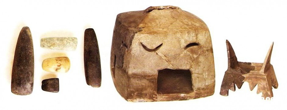 Орудија од камен и модели на куќи (жртвеници) од разни локалитети од околината на Прилеп, среден неолит.