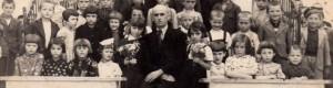 """Учебна 1942/43: Ученици од ОУ """"Христо Ботев"""" со учителот Трајко Пашоски"""