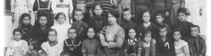 Учитеката Параскева Попоска (1880 -1914) со класот.