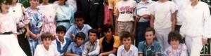 """Учебна 1989/90: Ученици при ОУ """"Кире Гаврилоски - Јане"""" со наставникот Ристо Трпеноски"""