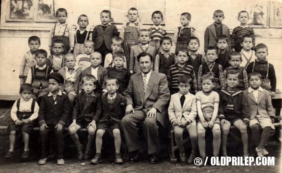 """1953/54: Предшколска група (забавачиња) од ОУ """"Добре Јованоски"""" со учителот Михајло."""