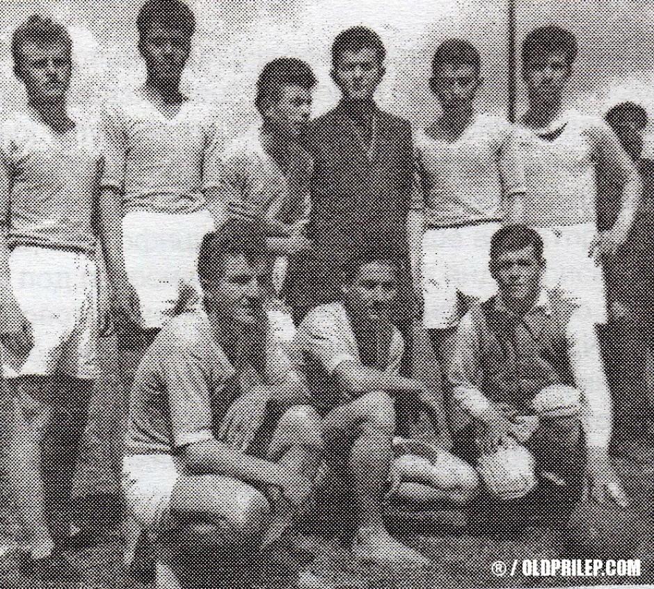 """1954/55: Машката ракометна екипа од ОУ """"Добре Јованоски"""", првак на меѓуучилишни натпревари со наставникот Орде Николоски."""