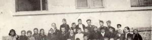 """1945/46: Првата генерација и првата седмолетка од ОУ """"Ѓорче Петров"""" од село Ропотово, поранешно ОУ """"Кире Гаврилоски - Јане""""."""