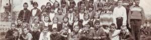 """1968/69: Ученици од VI одделение од ОУ """"Стив Наумов"""" во село Бешиште со учителот Стојко Манчески."""