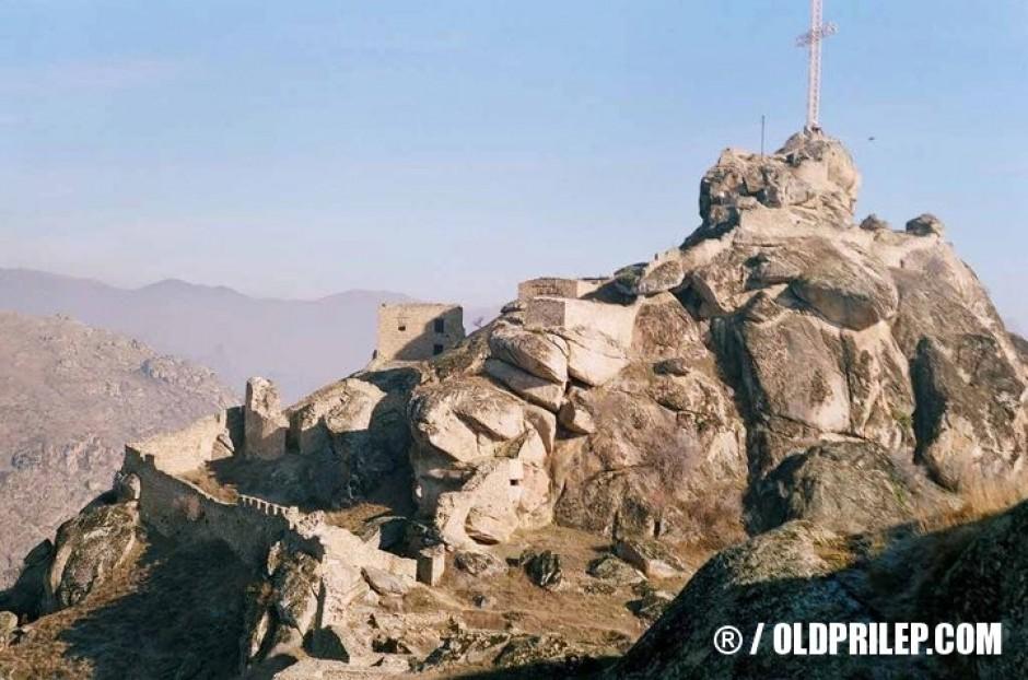 Маркови Кули со крстот.