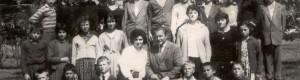 """1963/64: Ученици од ОУ """"Свети Кирил и Методиј"""" од Канатларци, сликани со класната и директорот на училиштето."""