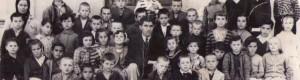 """Година непозната: Ученици од ОУ """"Кочо Рацин"""" во Селце со наставникот Никола Факов."""
