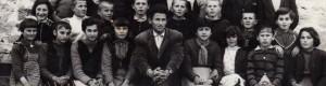 """1960/61: Ученици од ОУ """"Страшо Пинџур"""", подрачна паралелка во Мало Коњари, со учителот Никола Димоски."""