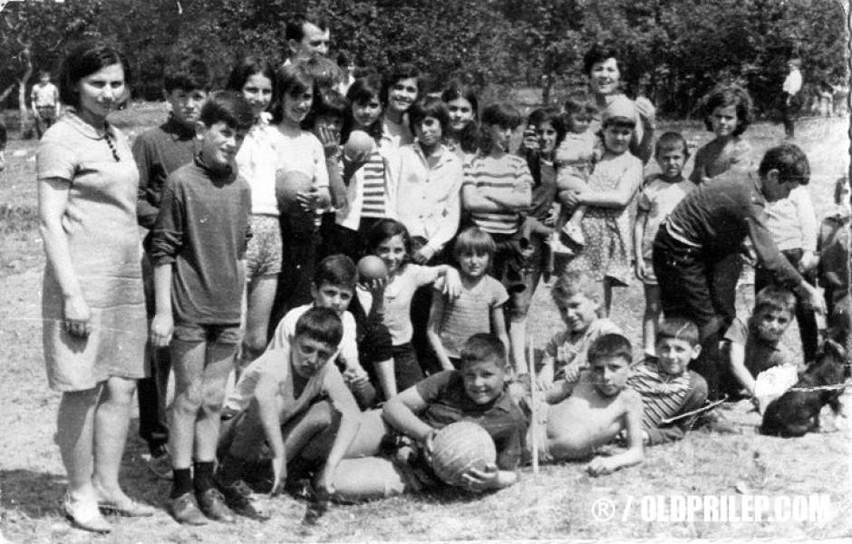 """1969: Екскурзија на ученици од V-в од ОУ """"Кочо Рацин"""" кај Ленишки мост."""
