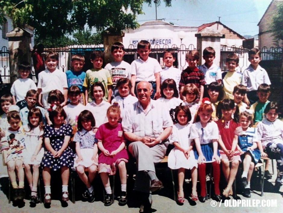 1986/87: Ученици од I одделение при ОУ Кочо Рацин сликани со учителот Атанас Крстески