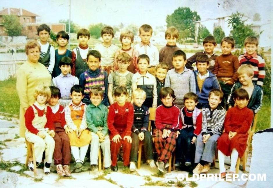 """Година непозната: Паралелка од дневен престој во ОУ """"Гоце Делчев"""" со учителката Љубица."""