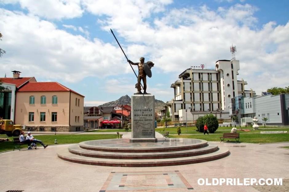 (1) 2011: Споменик на Александар Македонски во паркот пред општинската зграда...