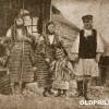 Почеток на минатиот век: Жители на Годивје сликани пред селски дуќан.