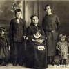 1926: Марија Јаковоска Мирческа со децата Даница, Илија, Јосиф, Стева и Цена