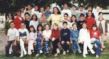 """Учебна 2001/02: Ученици од IIIа одделение при ОУ """"Кире Гаврилоски - Јане"""" со учителката  Сузана Спиркоска"""