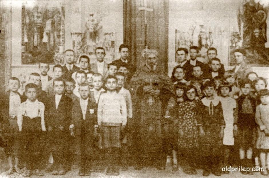 """1933: Детскиот хор во црквата """"Свети Кирил и Методиј"""" на Велики Петок"""