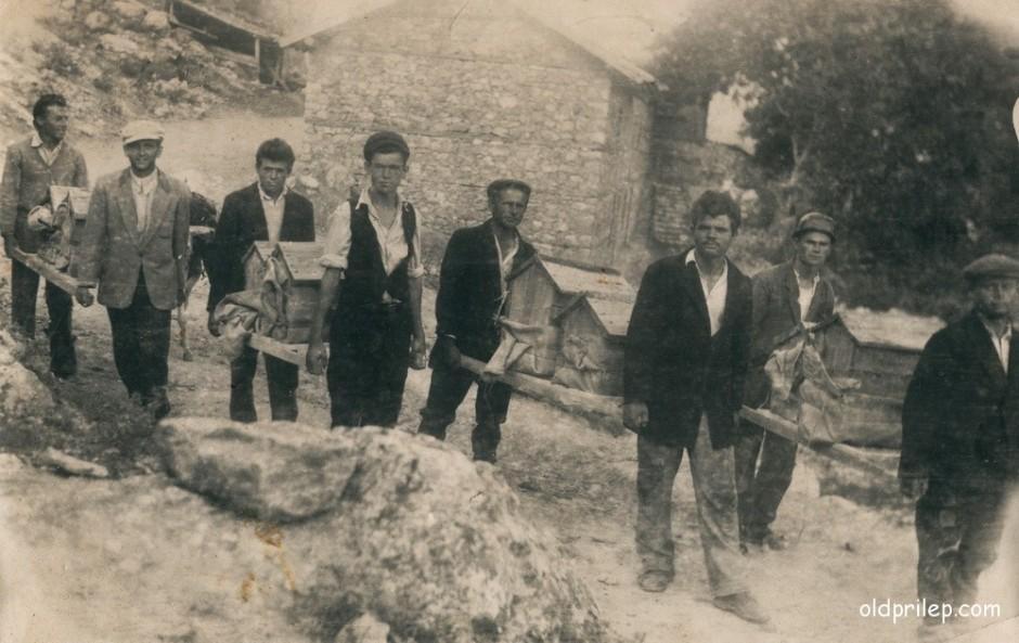 """1953: Пчеларското друштво """"Братство"""" носат сандаци со пчелни семејства во с. Манастир"""