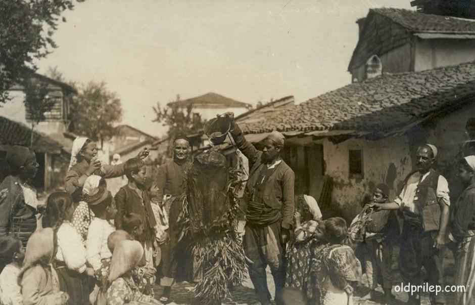 1917: Заливање на додолето со вода во Старата чаршија...