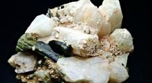 Зелени кристали на Епидот врз чадлив Албит со делови од пирит - Дуње