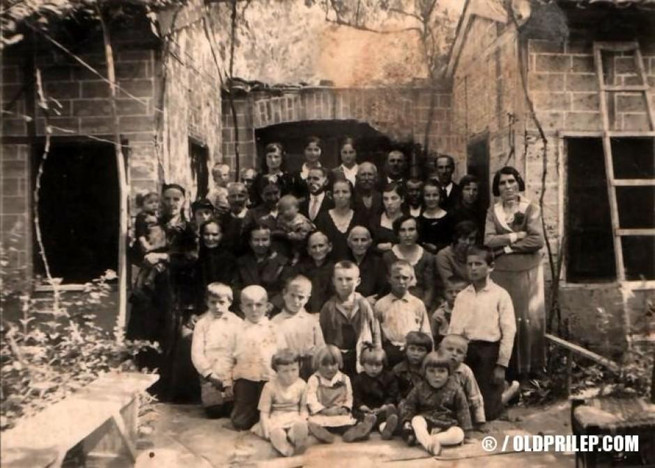 Евангелска заедница во домот на Рампо Мрмески, на ул. Караѓорѓева бр. 39 (денешна Јоска Јорданоски бр. 33), наспроти фурна Плетварец, 1934...