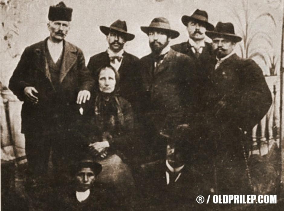 1902: Дона Ковачева, Марко Секулички, Гоце Делчев, Михаил Герџиков, Петко Пенчев и Тодор Станков во Ќустендил