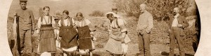 1917: Германски војници гледаат девојки од прилепско кои газат кал за правење на црепни...