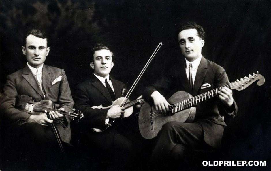 Дваесетите години од минатиот век: Сотир Спасе(виќ)ски сликан со свои колеги музичари