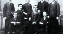 Од лево на десно: Стојат - Никола Коцев, Михаил Монев, Атанас Саев, Данчо Данов; Седат - Пантелеј Костурлиев, Вангел Попангелов, Милан Конев, Спас Попфилимонов.