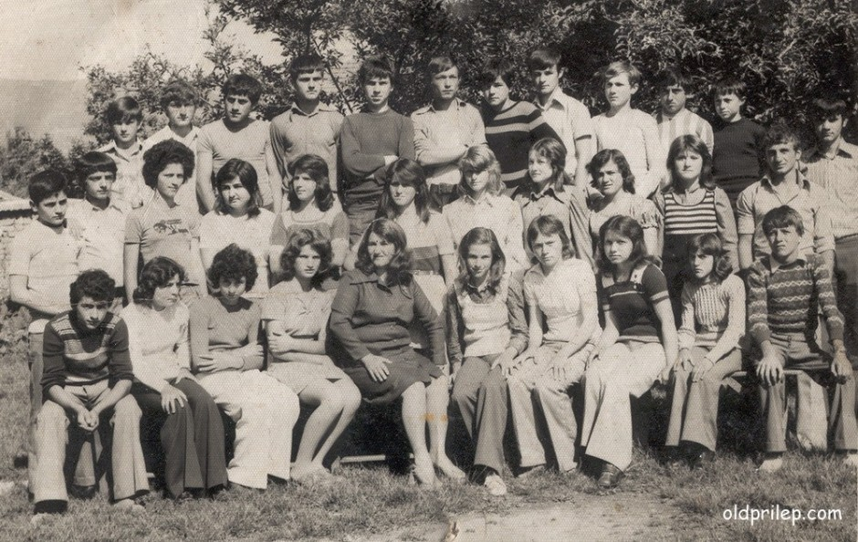 """Учебна 1971/72 : Ученици од VIб при ОУ """"Манчу Матак"""" во с. Кривогаштани со наставничката Билјана Маркоска"""