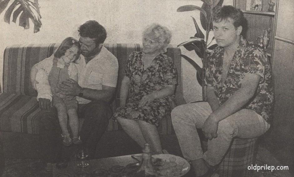 1987: Благоја Спиркоски - Џумерко со својата миленичка - ќерката Марија, сопругата Кица и синот Јовче